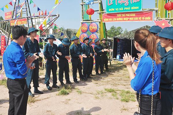 Các thanh niên tham gia sinh hoạt trước trại