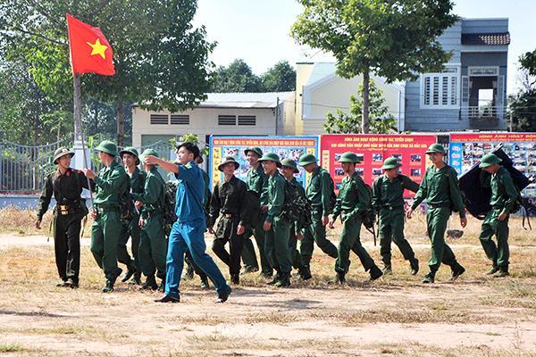 Thanh niên trúng tuyển nghĩa vụ quân sự nô nức đến bãi tập kết
