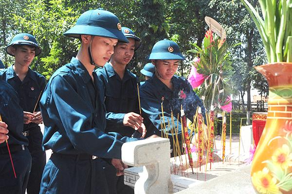 Các tân binh thắp hương tại Tượng đài liệt sĩ huyện Tân Phú