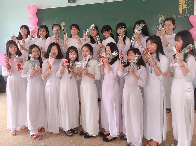 Được biết, các nam sinh tâm lý này đến từ lớp 11 trường THPT Tân Phú - Đồng Nai. Những món quà 8/3, rất tiện dụng như son 3CE, gấu bông, case điện thoại xinh xắn. Ngoài những món quà bốc được, mỗi bạn nữ còn được tặng riêng một đóa hoa hồng.