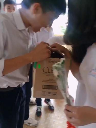Sau tiết mục bốc thăm quà, các nam sinh sẽ biểu diễn văn nghệ tặng cho cô giáo và các nữ sinh trong lớp.