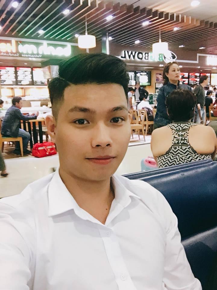 Phạm Tuấn Duy sở hữu gương mặt nam tính cùng gu thời trang trẻ trung
