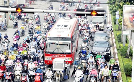Xe 2 bánh dàn hàng ngang chờ đèn đỏ, len lỏi vào làn xe ô tô trên đường Đồng Khởi, đoạn qua ngã tư Amata (TP.Biên Hòa).