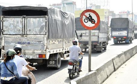 Người điều khiển xe máy chạy sai làn đường, dễ gây xung đột với những phương tiện khác.