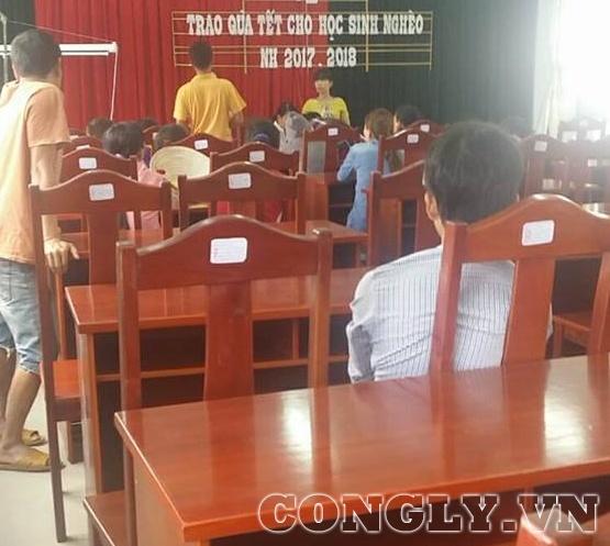 Vào lúc 14 giờ chiều 12/3, nhiều phụ huynh học sinh bị ngộ độc đã đến nhận tiền bồi dưỡng theo thông báo của nhà trường.