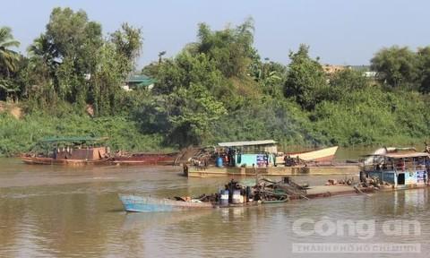 Cát tặc khai thác tại thượng nguồn sông Đồng Nai