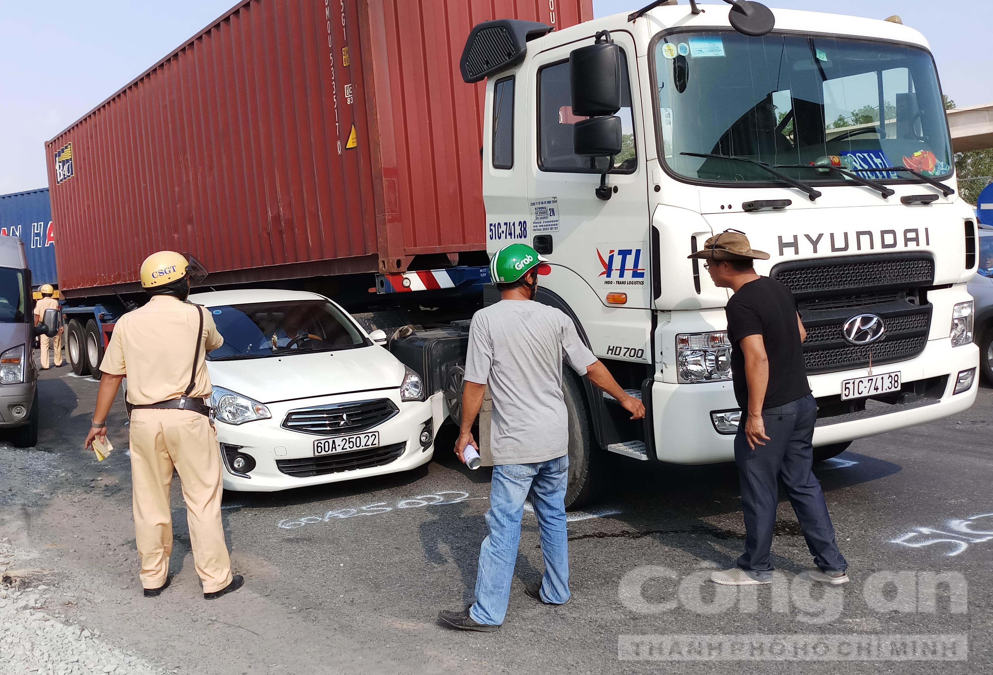 Lực lượng chức năng có mặt tại hiện trường giải quyết tai nạn