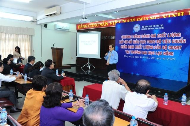 NGND, TS.Đỗ Hữu Tài, Hiệu trưởng Trường đại học Lạc Hồng báo cáo các định hướng phát triển của nhà trường với đoàn kiểm định Đại học Quốc gia TP.Hồ Chí Minh