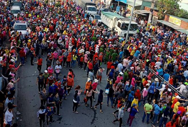 Từ sáng sớm, hàng nghìn công nhân tràn ra quốc lộ. Ảnh: N.Đ.N.