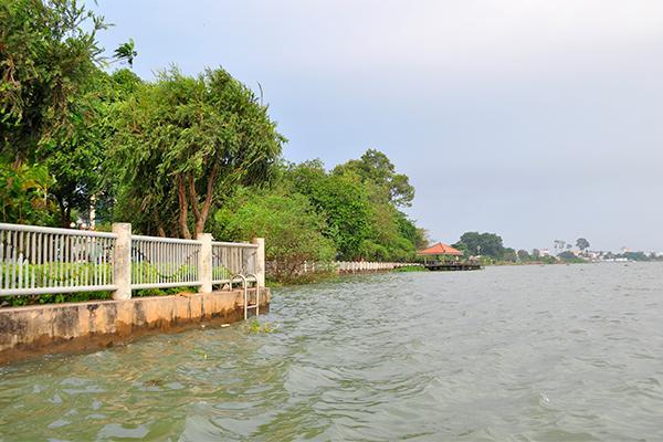 Một góc sông Đồng Nai đoạn chảy qua ra cầu Mát trước trụ sở UBND tỉnh. Ảnh: VĂN CHÍNH