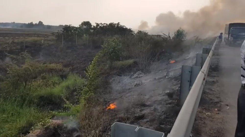 Nguyên nhân ban đầu, theo đơn vị quản lý đường cao tốc là do người dân đốt đồng gần cầu Đồng Mô