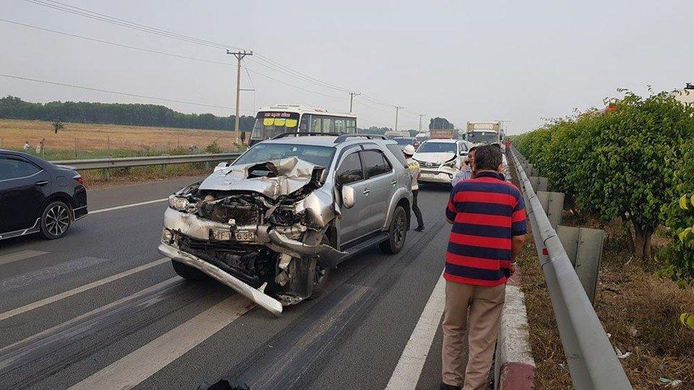 Nhiều ô tô hư hỏng