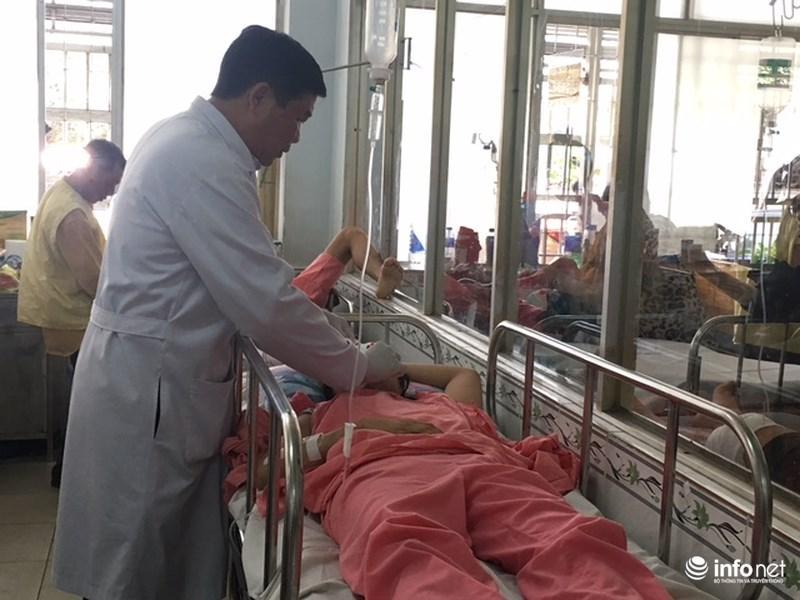 BS Trần Minh Tâm đang kiểm tra sức khỏe của chị Nguyễn Thị Ngọc Dung