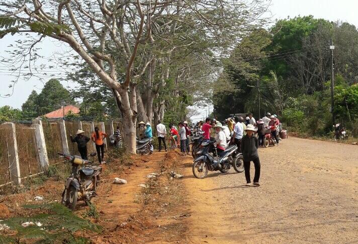 Người dân địa phương kéo đến theo dõi vụ việc