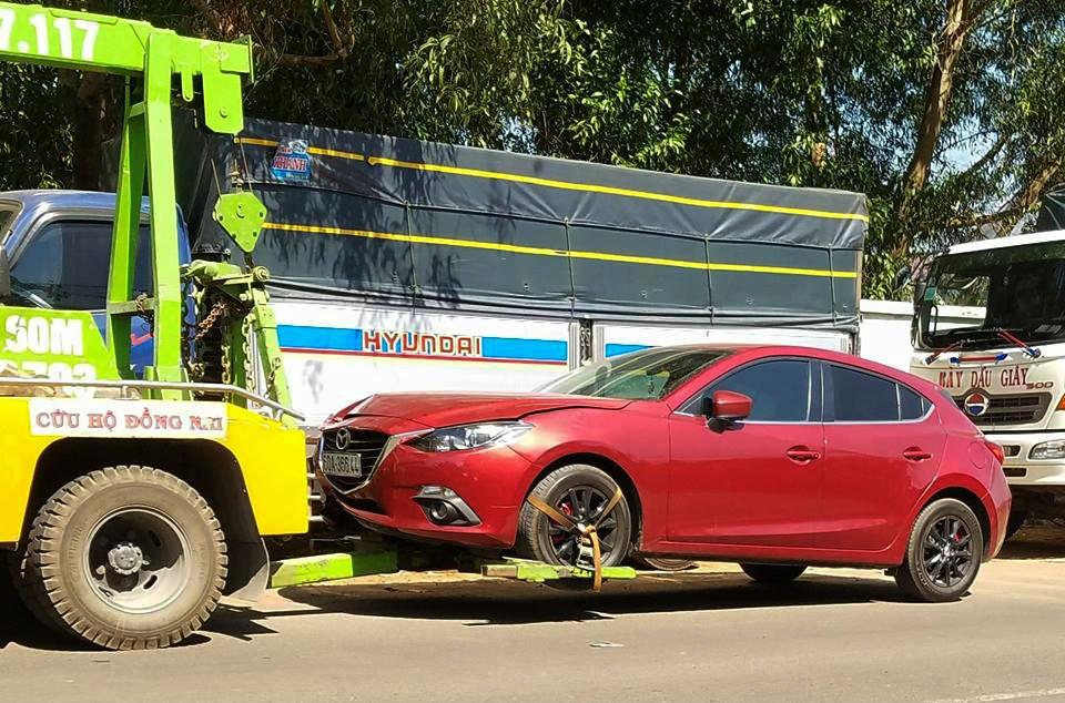 Chiếc xe Mazda đang bị công an tạm giữ
