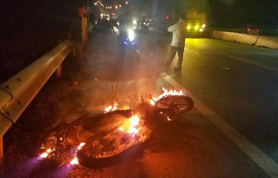 Xe máy bốc cháy sau vụ va chạm