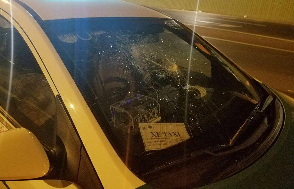 Kính chắn gió của taxi bị đập vỡ