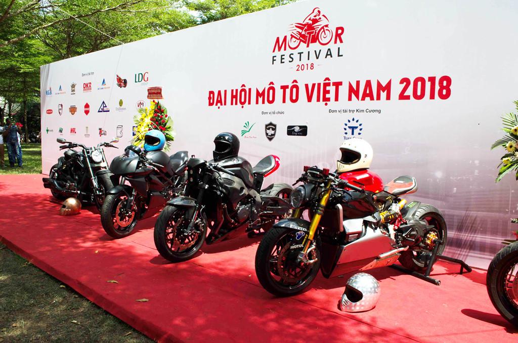 Câu lạc bộ Free Chapter mang đến nhiều mẫu xe khủng, trong đó phải kể đến Ducati Panigale 1199 Tricolor độ Cafe Racer.