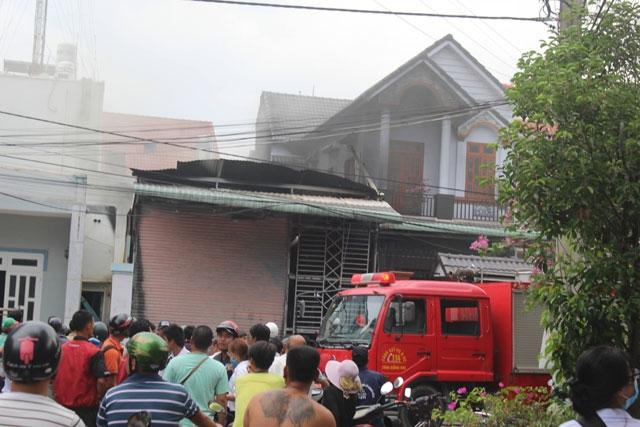 Lực lượng chức năng và người dân địa phương đến hiện trường tham gia chữa cháy.