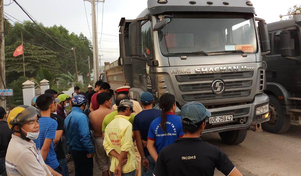 Sau khi cán chết người, xe ben bỏ trốn hơn 1km thì bị người dân chặn lại