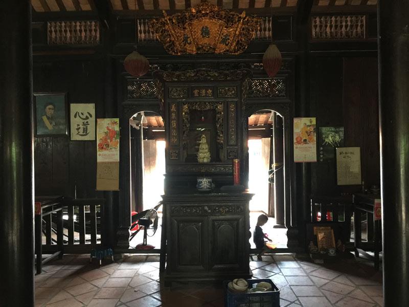 Trang thờ chính giữa nhà.