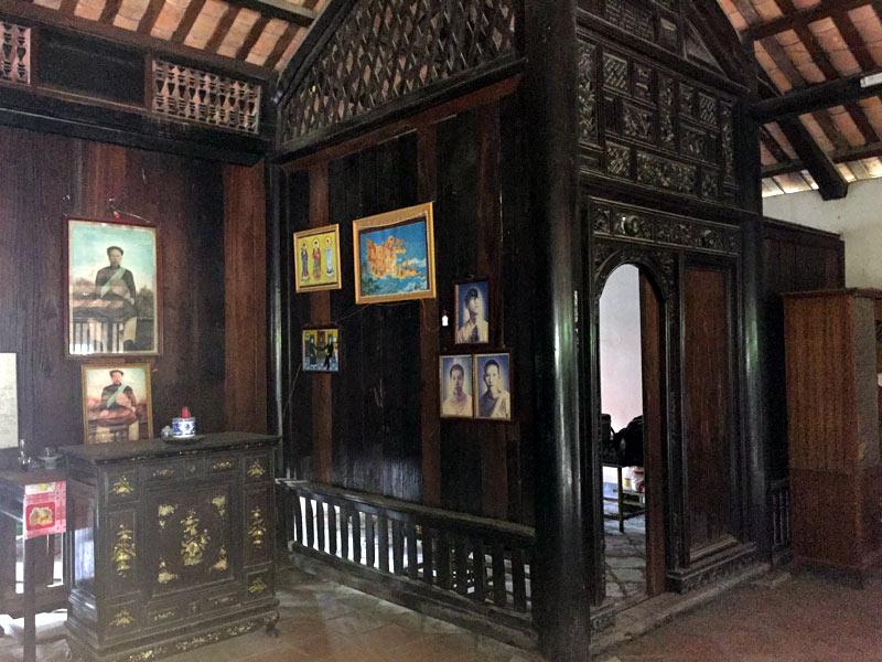 Bên trái là nơi thờ ông Trần Ngọc Du. Các bàn thờ đều chỉ có di ảnh và 1 bát nhang. Tất cả trong tình trạng hương tàn khói lạnh.