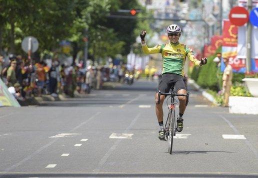 Tay đua Hà Kiều Tấn Đại giành chiến thắng tại đích đến. Ảnh: Kelvin Huy.