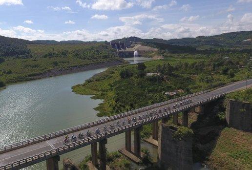 Đoàn đua đi qua cầu Đại Ninh – Huyện Đức Trọng. Ảnh: Kelvin Huy.