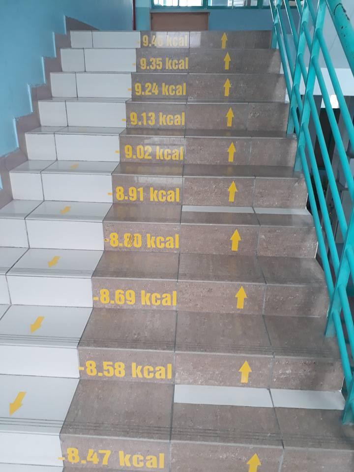 Bên cạnh công thức, những bậc cầu thang thú vị hơn khi được đánh số kcal (calo) giảm dần tương ứng theo độ cao