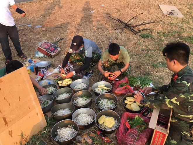 Các chiến sĩ làm nhiệm vụ trong khu cách ly tập trung nấu mì tôm - bữa ăn sáng của họ trước khi bắt đầu ngày mới. (Ảnh: Lan Phương)