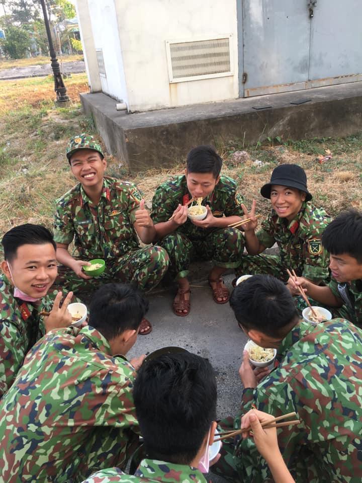 Vừa cầm bát mì ngồi ăn giữa sân, các chiến sĩ vừa nở nụ cười thật tươi chuẩn bị cho nhiệm vụ của ngày mới. (Ảnh: Lan Phương)