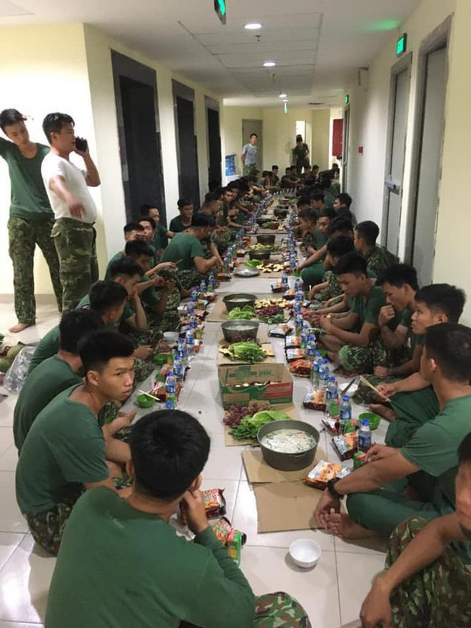Bữa ăn đêm đơn giản của các chiến sĩ bô đội làm nhiệm vụ tai khu cách ky KTX Đại học Quốc gia, Tp. Hồ Chí Minh.