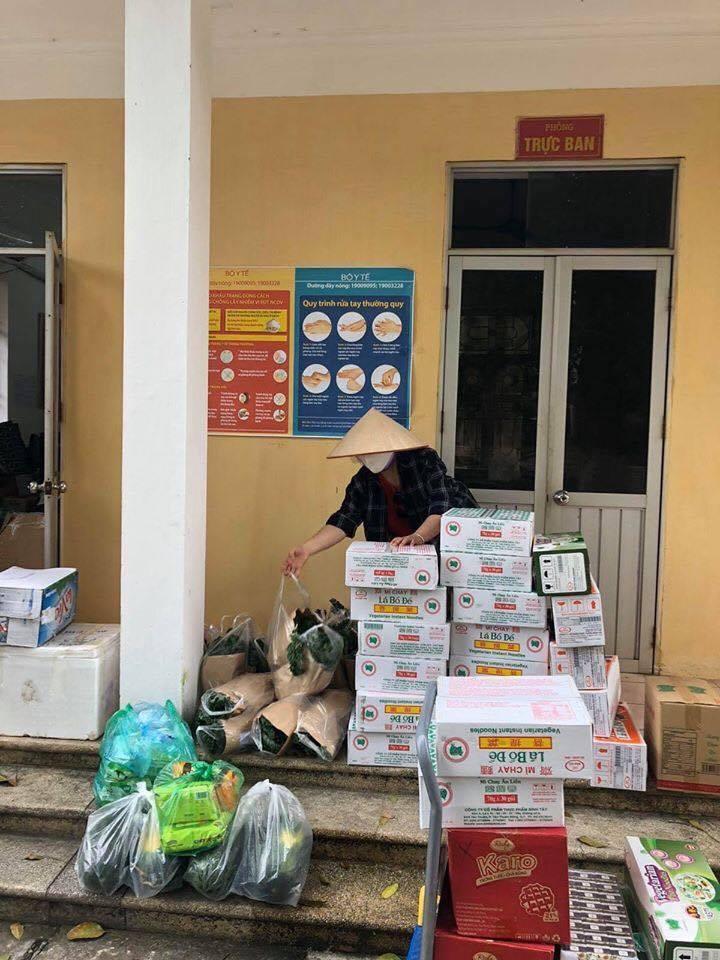 Người mẹ mang đồ ăn các thiết yếu phẩm cho các chiến sĩ, bác sĩ tại khu cách ly