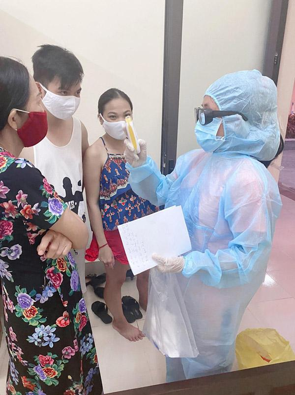 Nữ tiếp viên cùng người thân được kiểm tra sức khỏe hàng ngày tại khu cách ly.