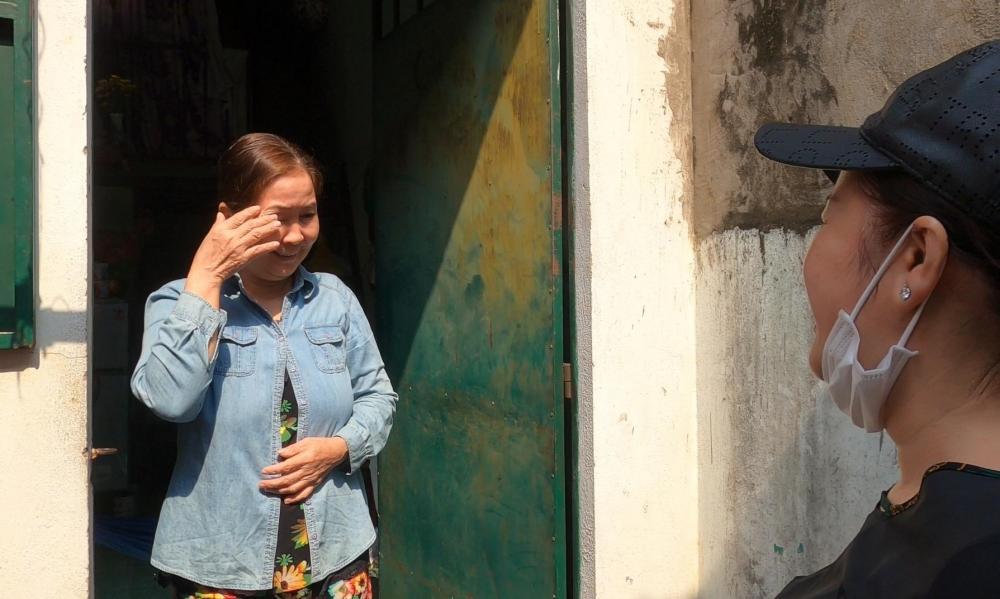 Bà Trần Thị Út (60 tuổi, quê Vĩnh Long, làm phục vụ ở quán ăn) cảm động trước tin được miễn 2 tháng tiền trọ.