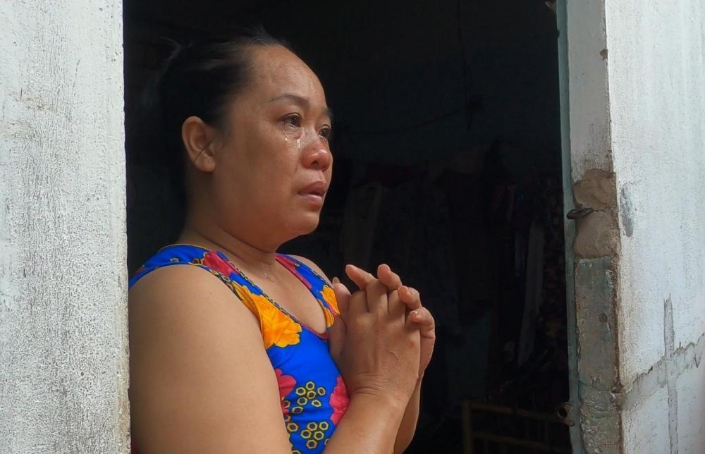 Chị Đặng Thị Mai Xuân (quê Ninh Thuận, bán hàng rong) cảm động bật khóc
