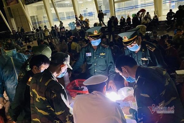 Bộ đội BP chủ trì, phối hợp với các lực lượng khác xuyên đêm tiếp nhận người dân về nước