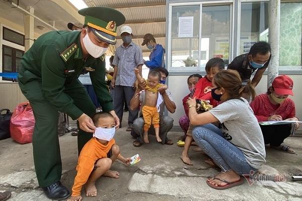 Cán bộ biên phòng luân phiên đeo khẩu trang cho các cháu nhỏ