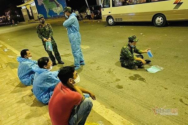 Phút nghỉ ngơi của các lực lượng làm công tác tiếp nhận người dân trở về cửa khẩu