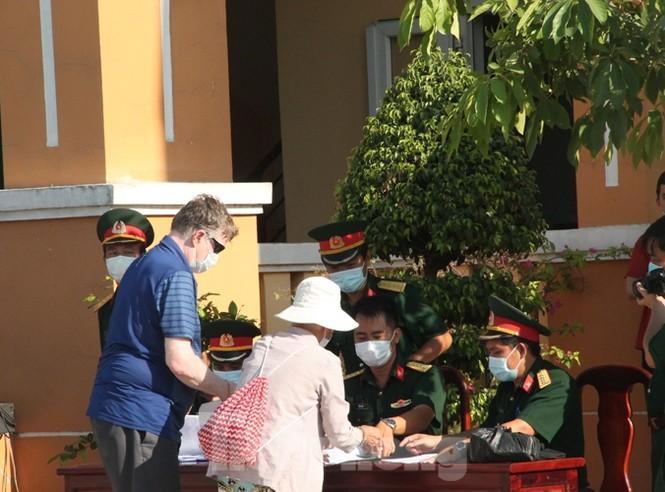 Công dân Việt Nam và nước ngoài làm thủ tục trở về nhà sau thời gian cách ly