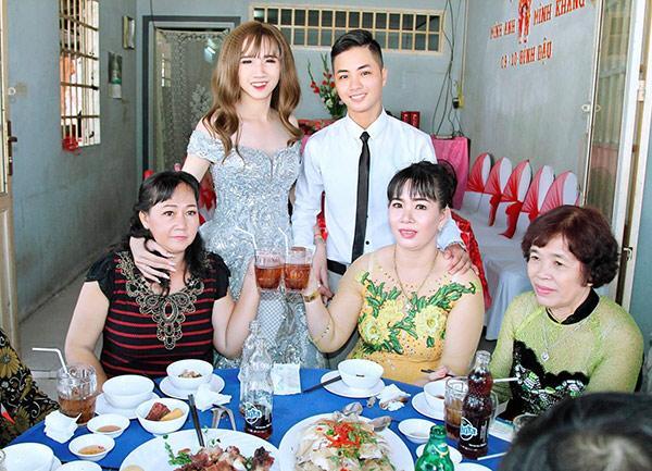Lễ đính hôn của cặp đôi chuyển giới chưa hoàn thiện Minh Anh - Minh Khang được nhiều người chú ý.
