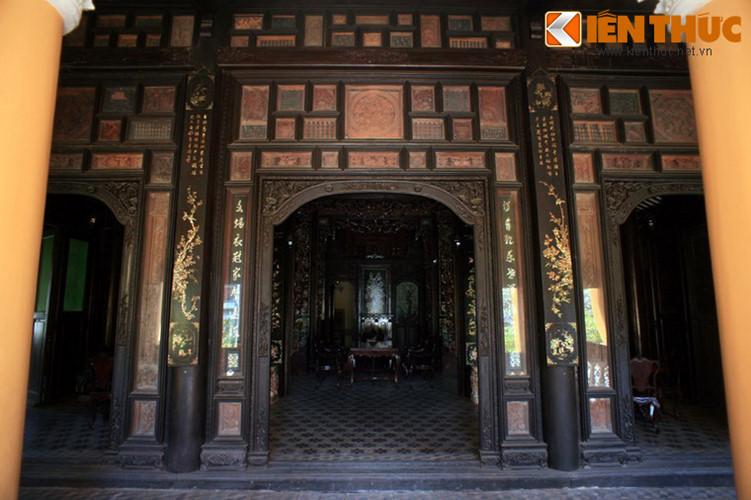 Trái ngược với tiền sảnh xây bằng gạch kiểu phương Tây, bên trong công trình lại là những cấu trúc gỗ đậm nét truyền thống. Nhà chính gồm ba gian hai chái lợp ngói âm dương, gồm 36 cây cột, trong đó gỗ có 30 cột làm từ gỗ quý. Nhiều đồ nội thất trong nhà làm bằng gỗ quý.