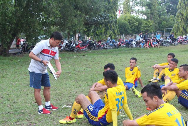 Huấn luyện viên Bùi Văn Đông và các học trò giành suất dự vòng chung kết