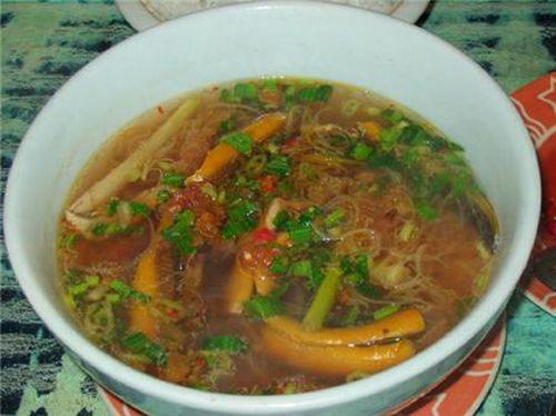 Vị béo, chua hăng của trứng kiến hòa quyện với vị chua chua của lá me non, ngọt của lươn là những điểm độc đáo hấp dẫn thực khách ở món ăn này. Ảnh: tiepthigiadinh