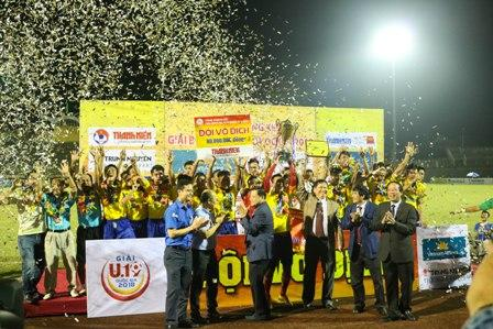 Đội U19 Đồng Tháp tỏ ra bản lĩnh hơn trên loạt sút Penalty và giành chức vô địch.