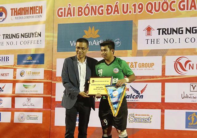 Thủ môn Nguyễn Nhật Trường nhận giải Thủ môn xuất sắc Giải U19 Quốc gia 2018 (ảnh: Nhân vật cung cấp)