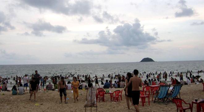 Bãi biển Đồi Dương (thị xã La Gi) nơi 3 du khách bị sóng lớn cuốn trôi. Ảnh: Tuấn Kiệt.