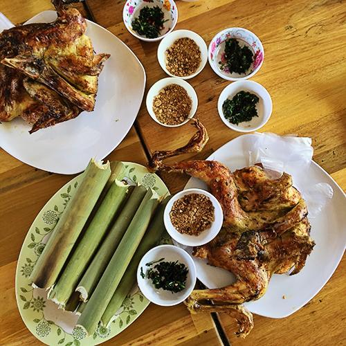 Cơm lam ăn với gà nướng là món ăn hấp dẫn bất kỳ du khách nào khi đến Tây Nguyên. Ảnh: Lê Việt Nguyên.