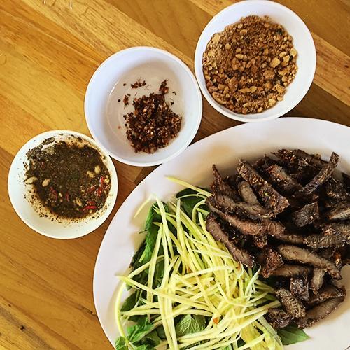 Những miếng thịt bò thơm, ngọt và dai chấm cùng thứ muối kiến vàng với vị chua độc đáo đã làm nên thương hiệu cho món ăn này ở vùng đất Gia Lai.. Ảnh: Lê Việt Nguyên.