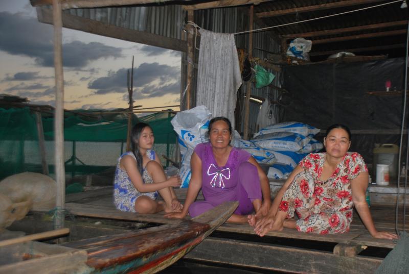 Dù cuộc sống còn nhiều khó khăn, bấp bênh nhưng những cư dân làng chài luôn lạc quan.